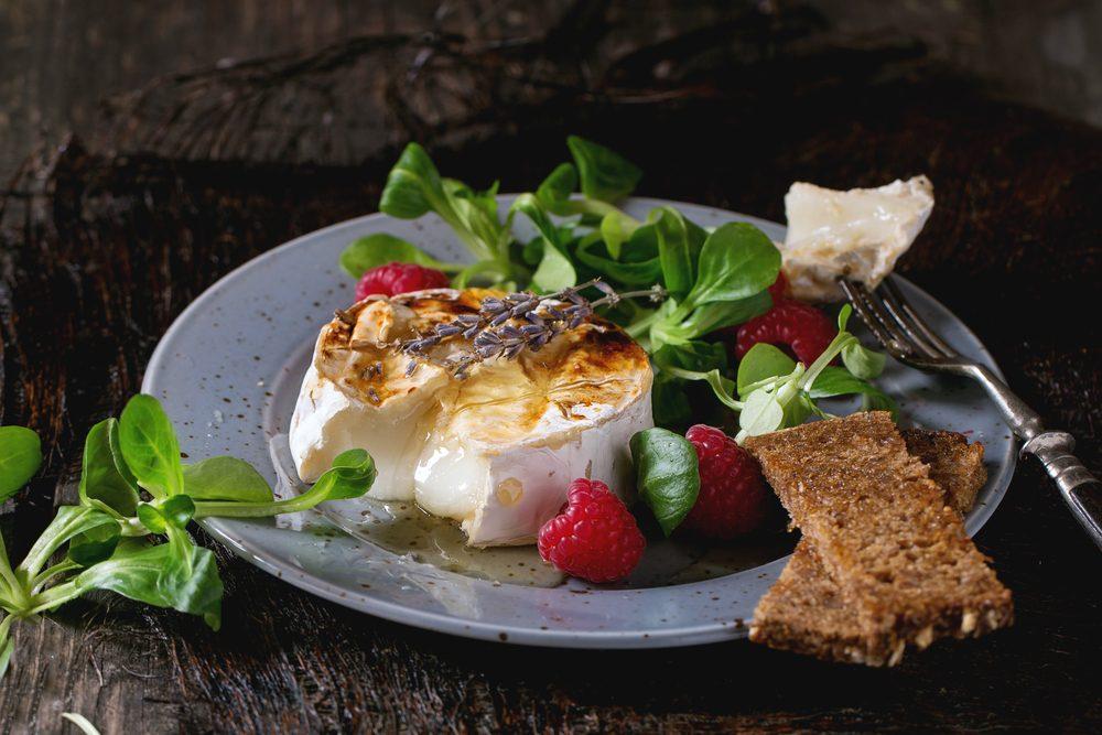 Une recette de salade avec camembert