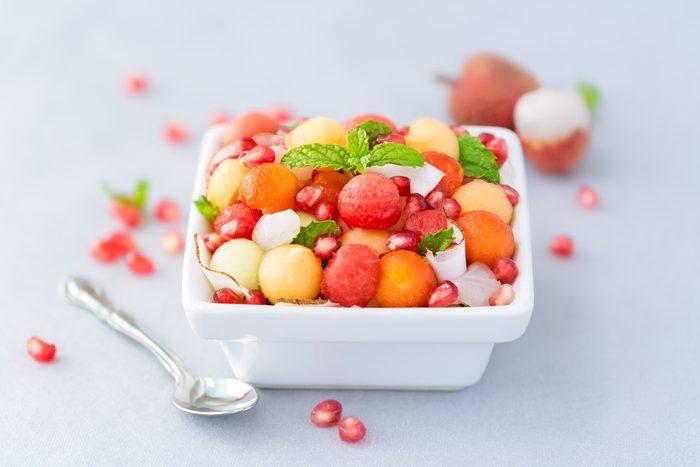Une salade de fruits exotiques et sauce aux canneberges