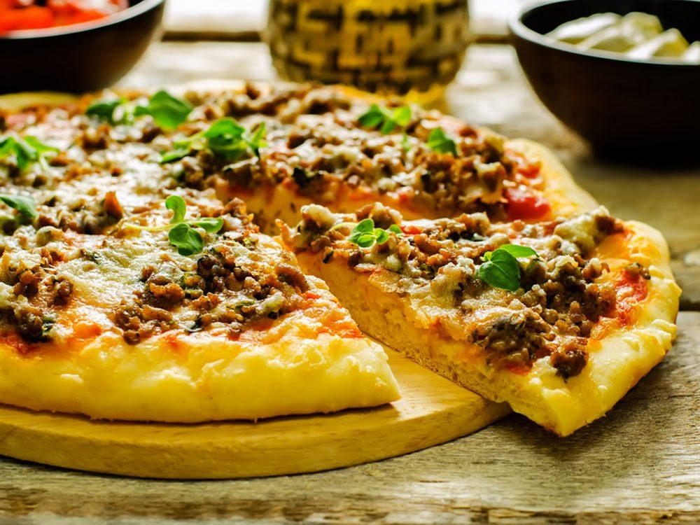 Pizza au bacon et cheeseburger avec du yogourt grec
