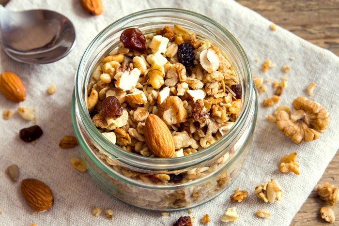 Une collation santé et coupe-faim excellente pourrait être du granola.