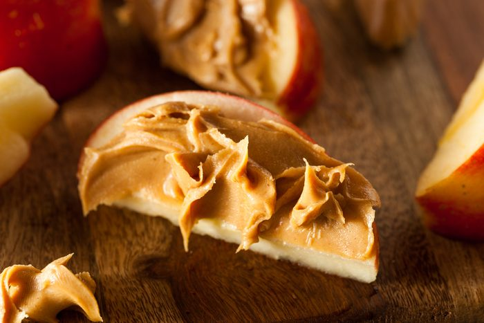 Une pomme avec du beurre d'arachide est une bonne collation santé coupe-faim