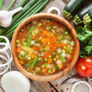 Soupe au poulet avec riz, menthe et citron