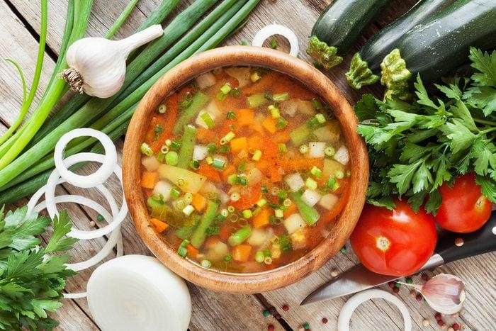Une recette de soupe au poulet, menthe et citron.