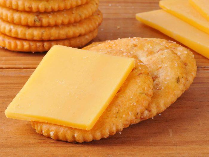 Coupe faim : des biscuits soda au blé entier et du fromage cheddar.