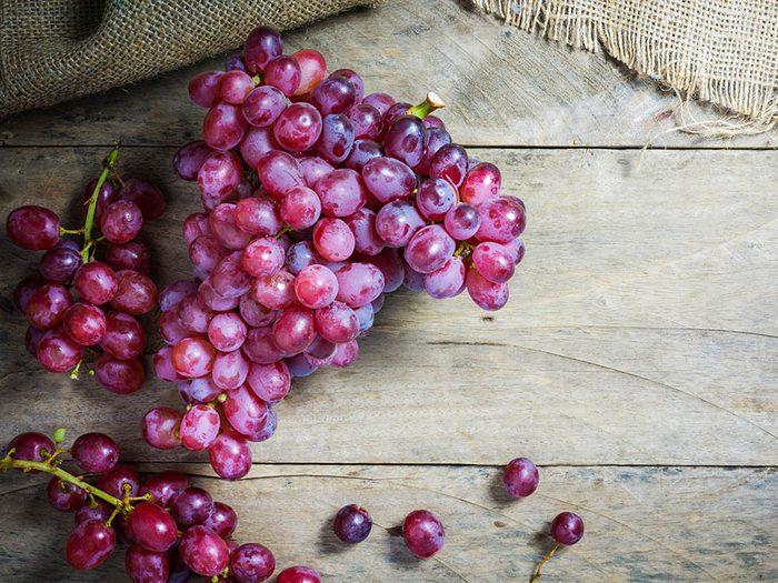 Coupe-faim : mangez deux tranches de dinde et une poignée de raisin.