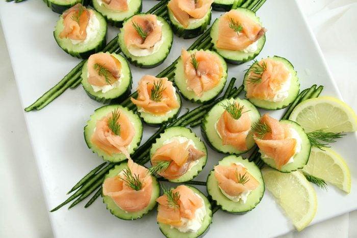 Coupe-faim : prenez une tranche de concombre et de saumon.