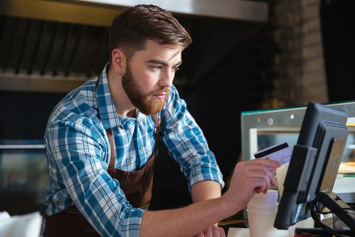 Calculez le pourboire et le service pour estimer le coût du repas au restaurant.