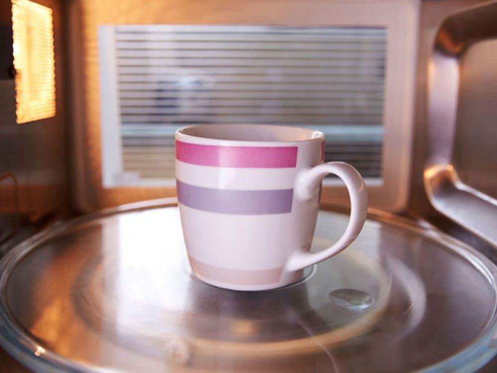 Ne jamais mettre de tasse d'eau au four à micro-ondes.