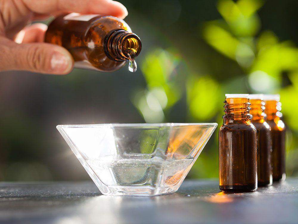 Utiliser l'huile d'arbre à thé pour éliminer les furoncles.