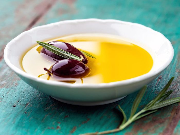 Parmi les aliments anti-inflammatoires, on retrouve l'huile d'olive.