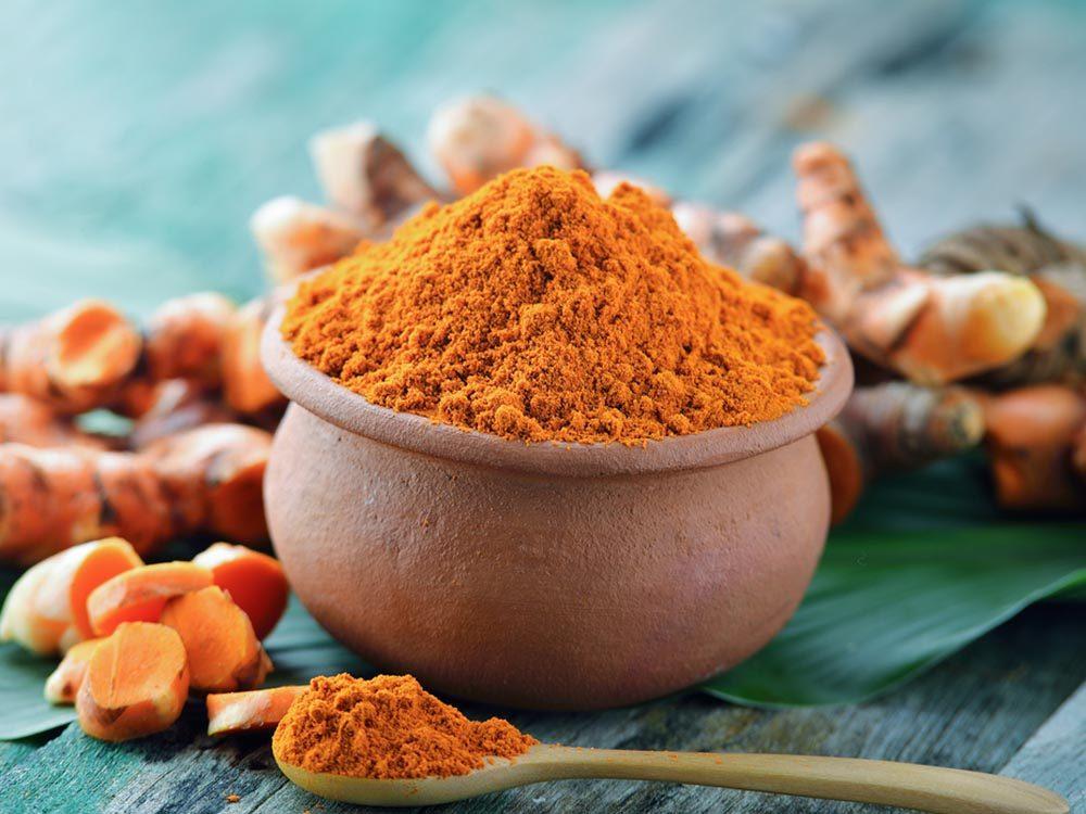 Parmi les aliments anti-inflammatoires, on retrouve le curcuma.