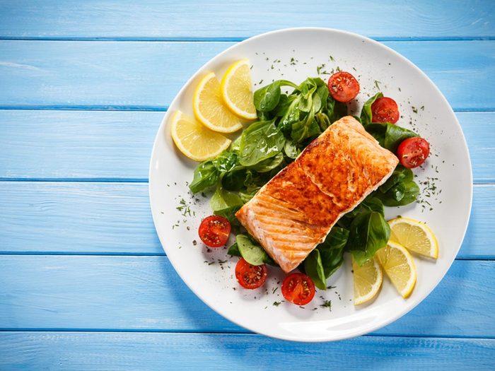 Parmi les aliments anti-inflammatoires, on retrouve le saumon.