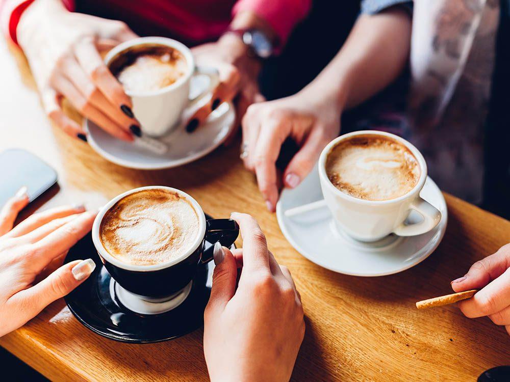Consommer du café peut aider à garder un cerveau en santé.