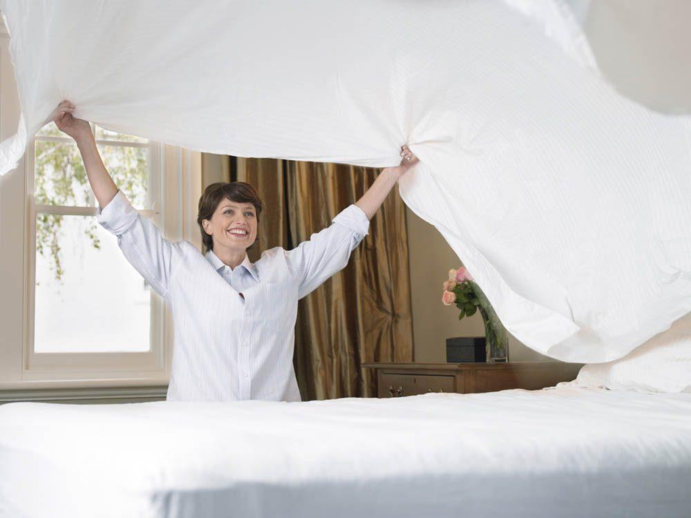Dans la chambre à coucher, chassez la poussière.