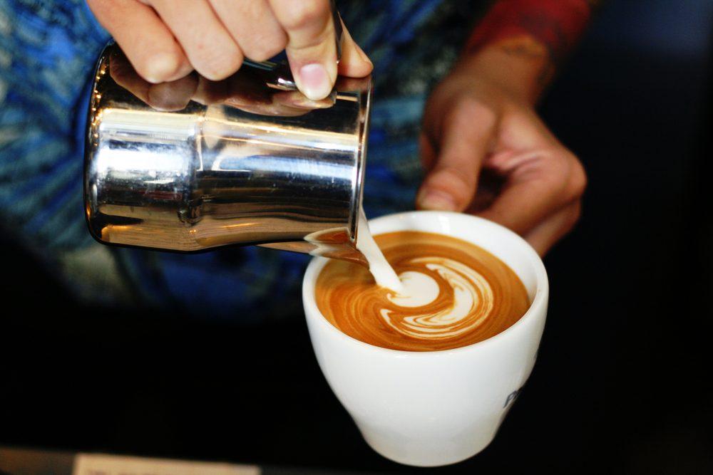 Pour couper des calories, mettez du lait dans votre café plutôt que de la crème.