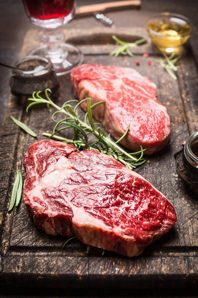 Pour couper des calories, enlevez le gras de la viande.