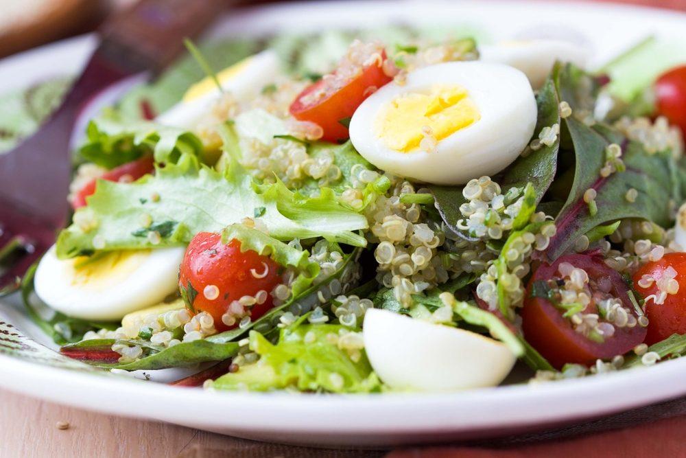 Pour couper des calories, mettez des oeufs dans la salade plutôt que du fromage.