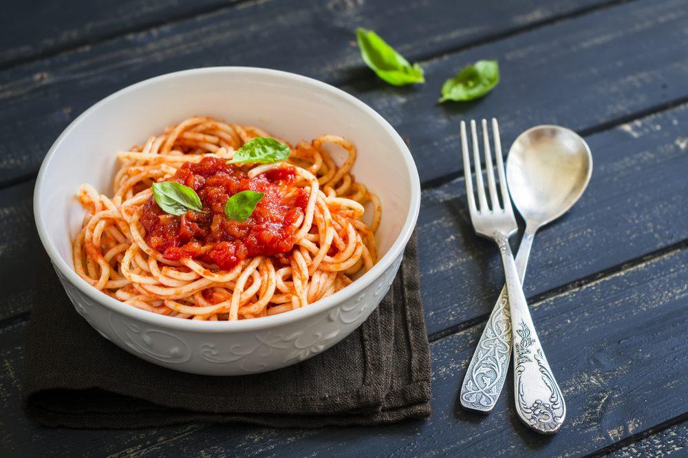 Pour couper des calories, optez pour une sauce à la tomate plutôt qu'à la viande.