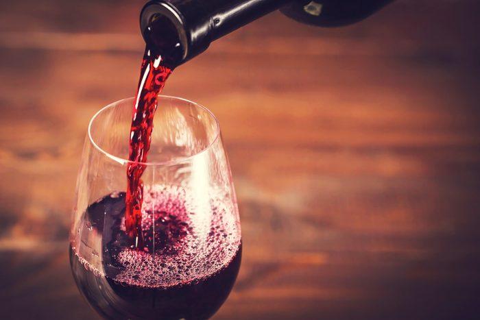 Pour couper des calories, buvez du vin rouge plutôt que des cocktails caloriques.