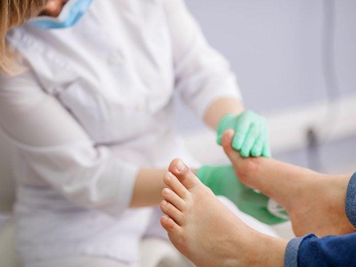 Beaucoup de médecins pensent diagnostiquer la goutte à la seule vue d'une articulation douloureuse.