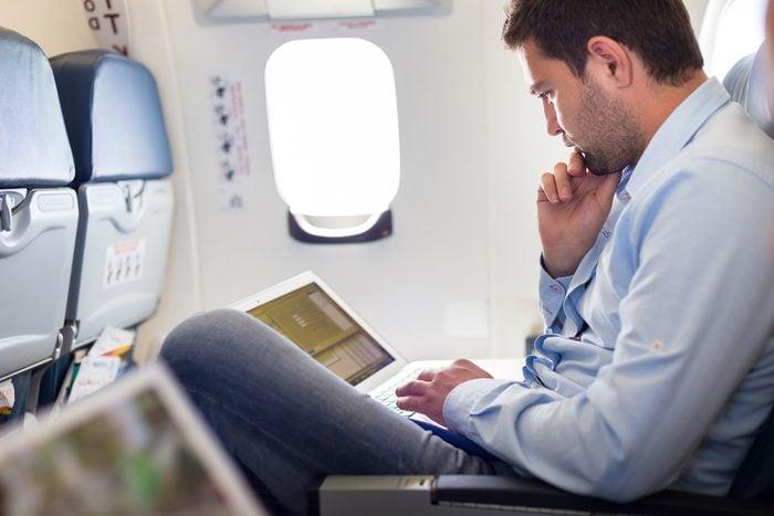 Dossier incliné dans l'avion.