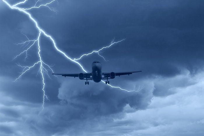 Avion touché par la foudre.