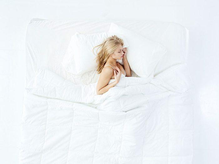 Comment mieux dormir: adopter la position idéale.