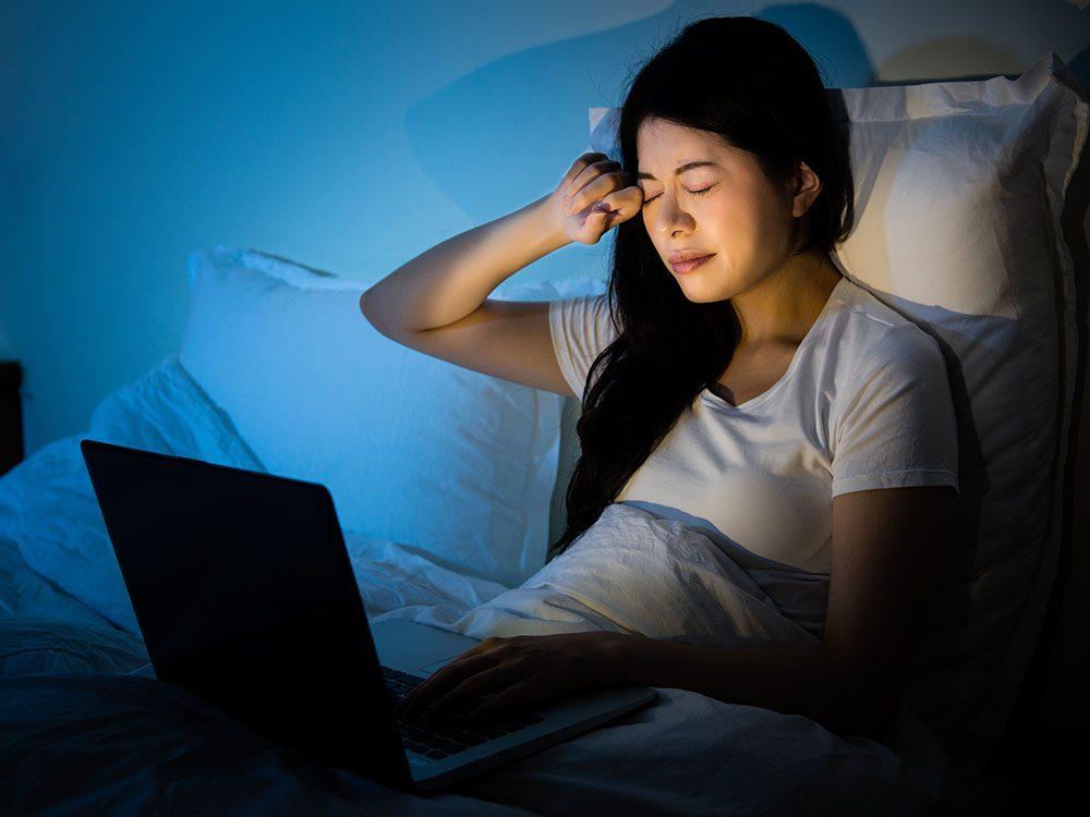 Comment mieux dormir: éviter de naviguer sur internet le soir.