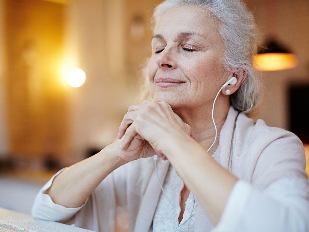 Comment mieux dormir: écouter de la musique relaxante.