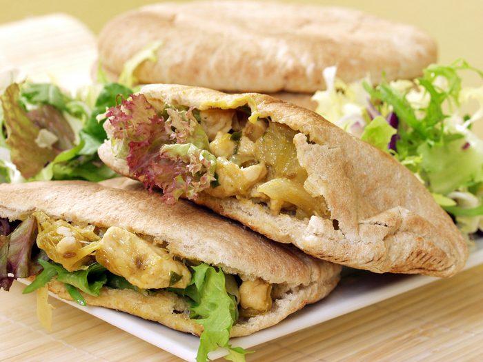 Des idées repas pour les lunchs comme ce pita au poulet au cari.