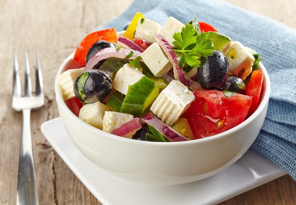 Une salade grecque comme idée repas de lunch