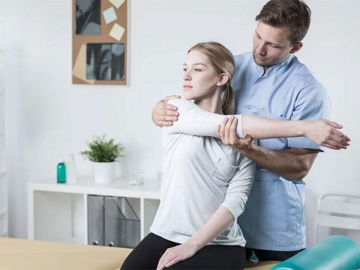 Allez chez l'ostéopathe ou le chiropraticien pour soulager votre mal de dos.