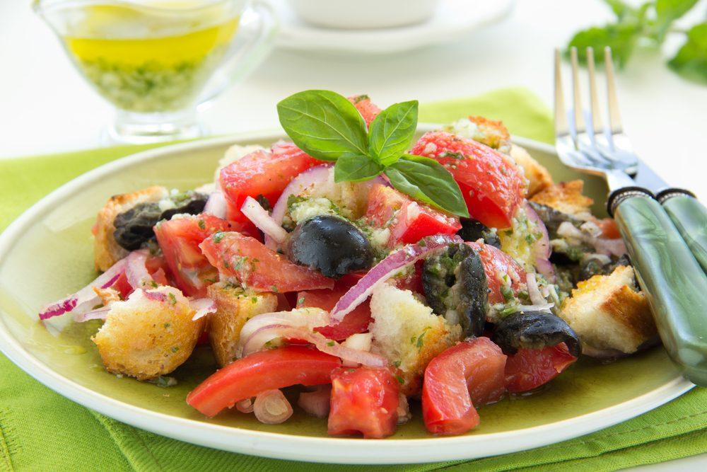 Une salade panzanella pour les lunchs
