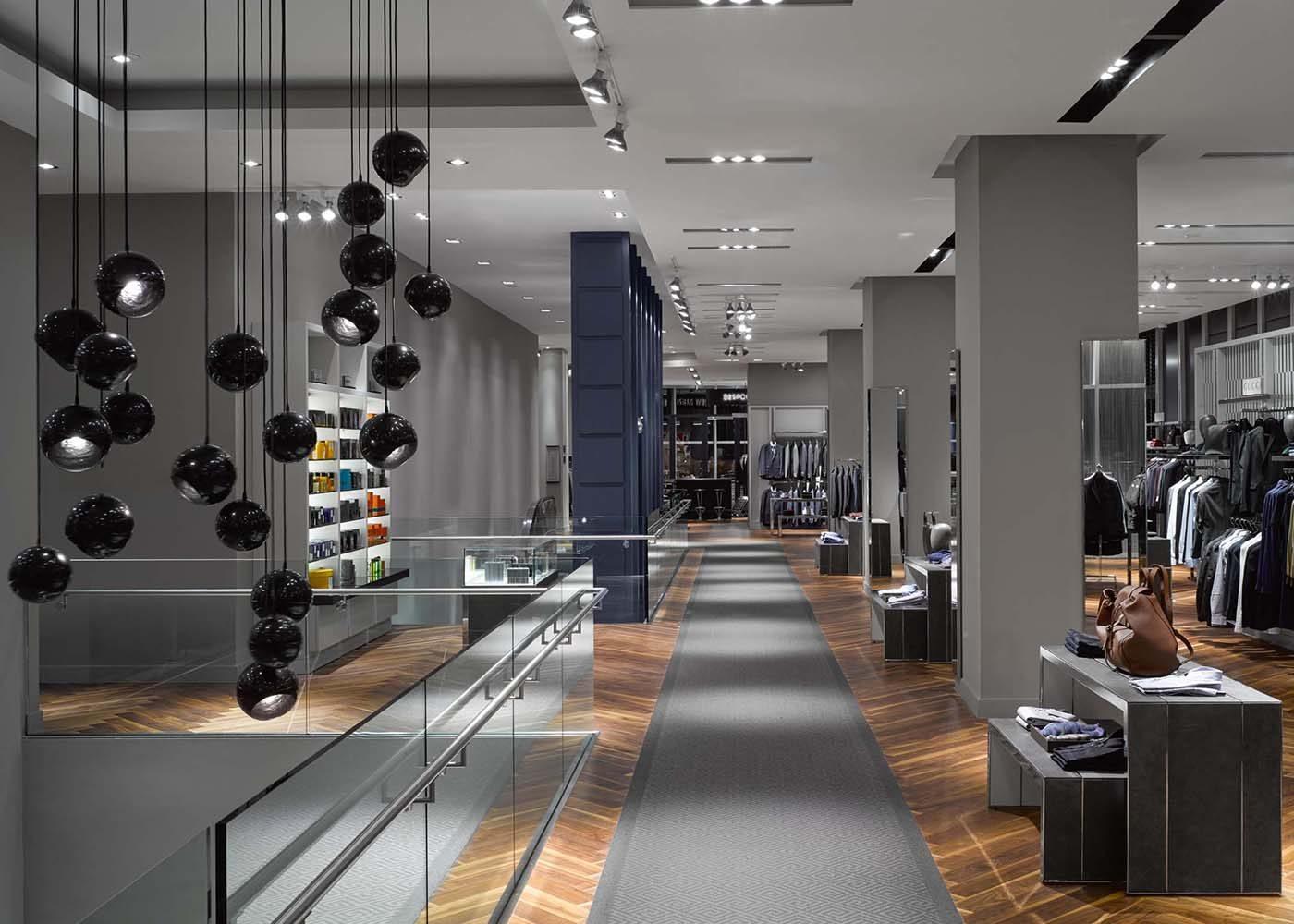 Lors de votre voyage au Canada, passez dans un magasin Holt Renfrew.