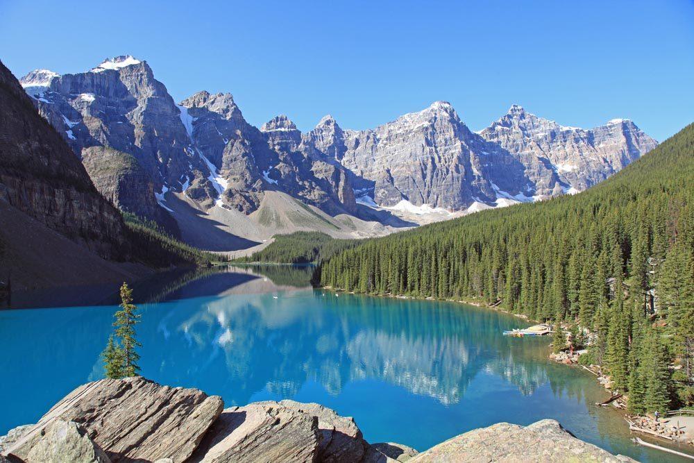 Lors d'un voyage au Canada, allez voir les rocheuses à l'Ouest du pays.