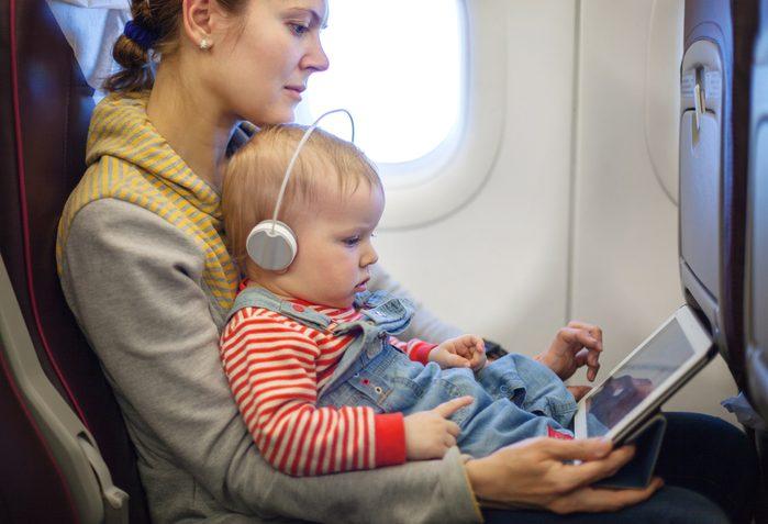 Voyager avec un bébé sur soi dans un avion.
