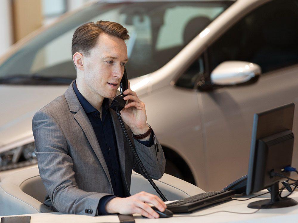 Lors de l'achat d'une voiture, le vendeur essaye de prouver qu'il se démène pour vous.