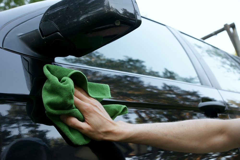 Laver la voiture avec du revitalisant