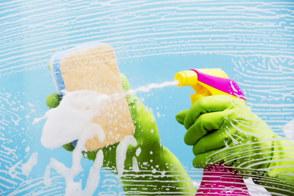 Un nettoyant pour vitres : pour des phares étincelants