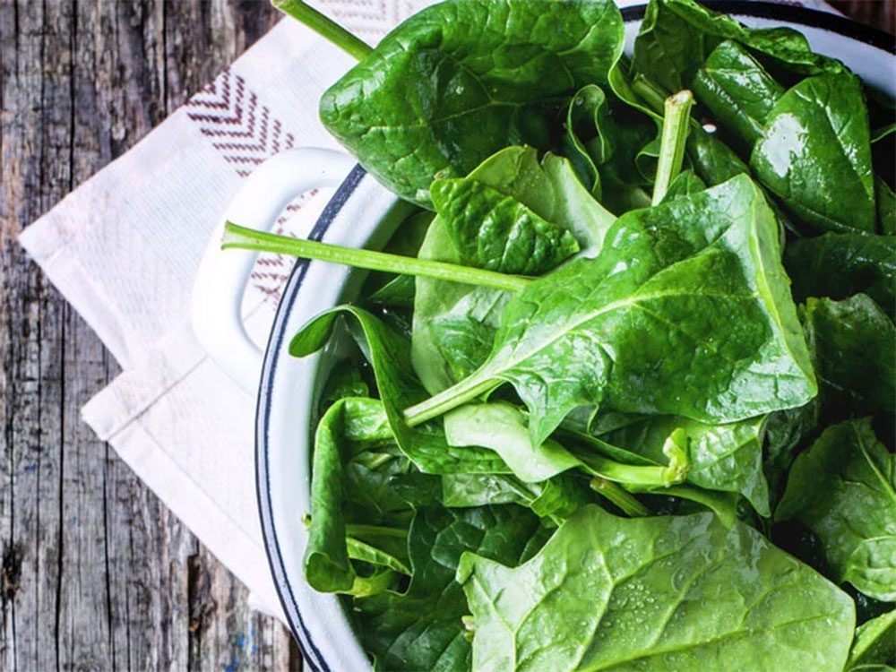 Éviter le gaspillage alimentaire en évitant les feuilles flétries.