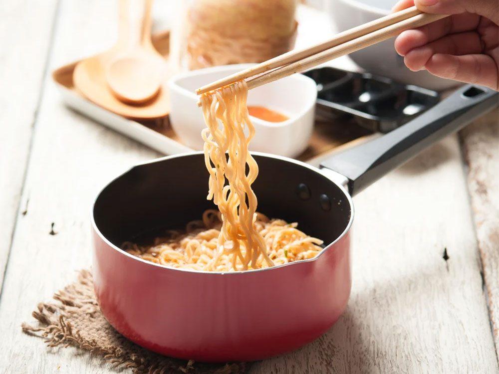Éviter le gaspillage alimentaire en évitant les nouilles collantes.
