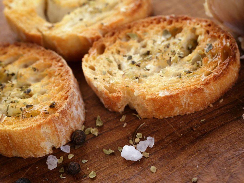 Éviter le gaspillage alimentaire en évitant le pain brûlé.