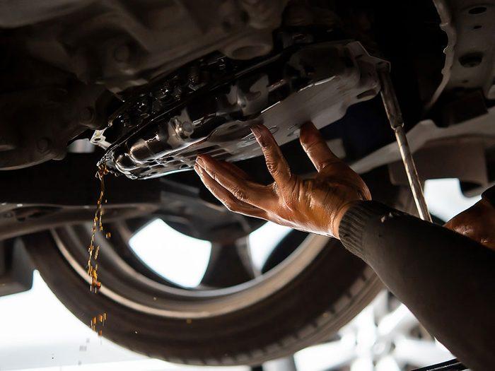 Réparation de voitures: la vidange de l'huile de la boîte de vitesse.