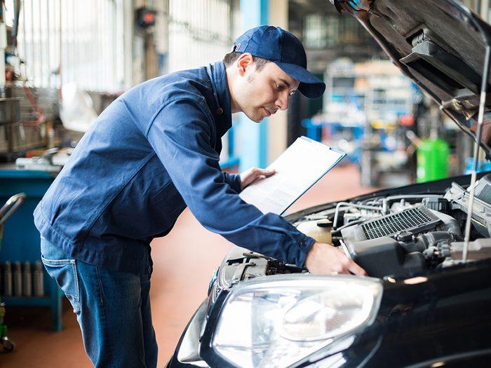 Réparation de voitures: le rinçage du moteur.