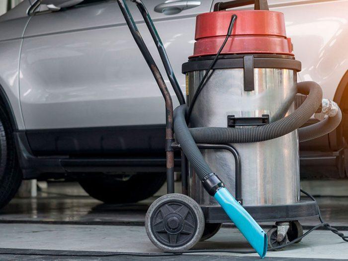 Réparation du toit ouvrant de la voiture: utiliser l'aspirateur.