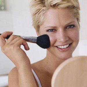 2. Plutôt que de refaire votre maquillage durant la journée, rafraîchissez-le