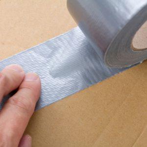 Réparez le revêtement de la maison avec du ruban adhésif duct tape
