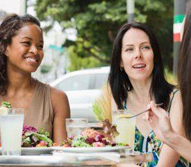Régime inefficace: il vous interdit de manger en compagnie de vos amis et des membres de votre famille.
