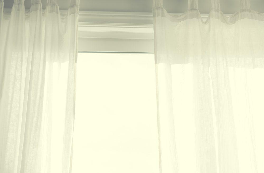 1. Avant de vous coucher, laissez les rideaux ou les volets roulants à moitié ouverts