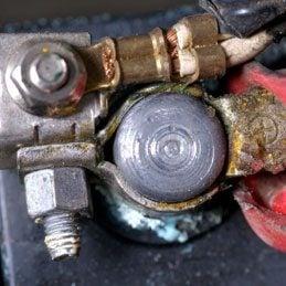 1. Nettoyer les bornes d'une batterie